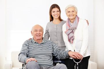 Krankenpflegerin bei altem Senioren-Ehepaar