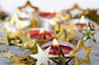 Frohe Weihnachten: Festliches Kerzenlicht und Goldsternchen