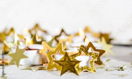 Frohe Weihnachten: Kerzenlicht und Goldsternchen