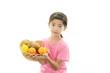 果物を持つ女の子