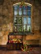 Pokój z oknem, starym kufrem i świątecznymi prezentami