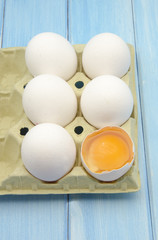 Huevos frescos en una huevera de carton