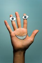 手と人間の顔