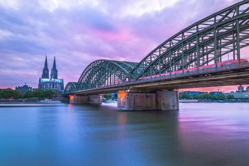 Hohenzollern Brücke mit Blick auf den Kölner Dom