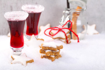 Zimtsterne und Weihnachtspunsch