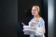 Service im Hotel wechselt Handtücher