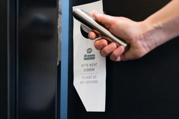 Bitte nicht stören Schild an Zimmertür im Hotel
