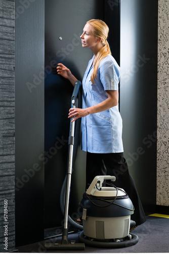 Dienstleistung im Hotel, Service mit Staubsauger