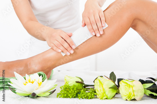 Beautician Waxing A Woman's Leg - 57897396
