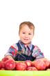 Kleiner Junge mit Äpfeln