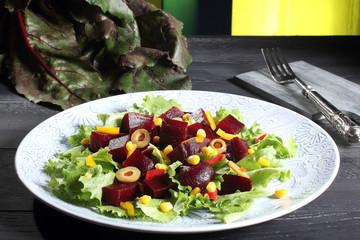 insalata di barbabietola sfondo verde