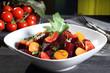insalata di barbabietola carote e pomodoro sfondo verde