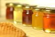 słoiki pełne smacznego miodu i plaster pszczeli