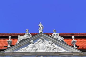 Dach mit Figurenschmuck