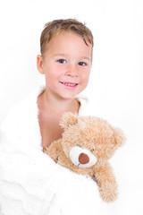 glücklicher Junge mit Teddybär