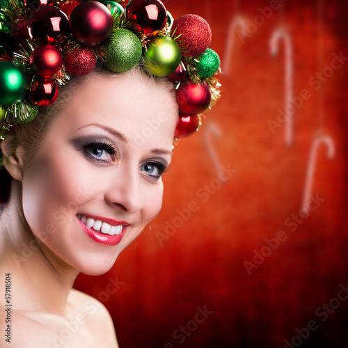junge attraktive Frau mit weihnachtlichem Kopfschmuck
