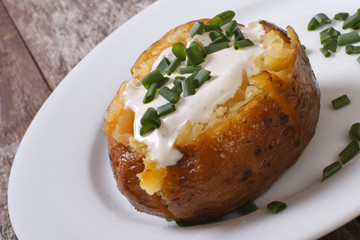 baked potato with sour cream and green onions