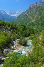 Tolle Aussicht von Berg-Fluss in der albanischen Alpen