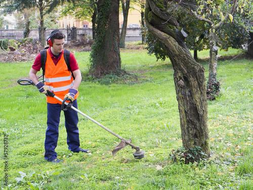 man working edge trimmer - 57928732
