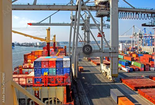 Leinwandbild Motiv Container löschen im Hamburger Hafen.