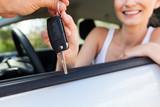 Fototapety junge frau im neuen auto schlüssel übergabe lachend