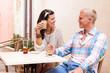 junges attraktives paar in einem cafe im sommer