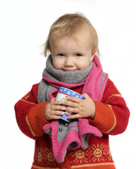 uśmiechnięte dziecko z kubkiem herbaty w szaliku