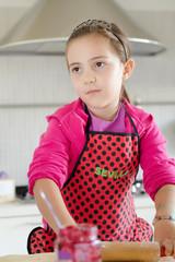 bambina in cucina