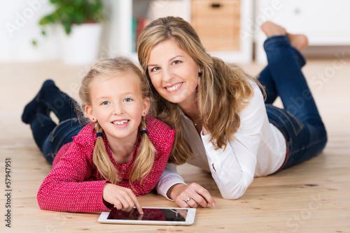 mädchen tippt auf tablet-pc