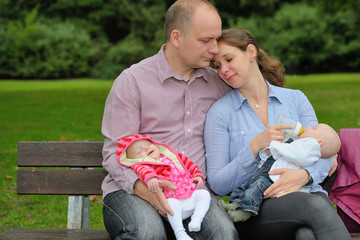 Glückliche junge Familie mit Zwillingen