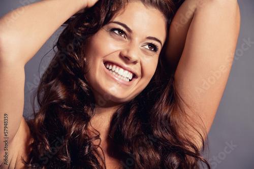 canvas print picture junge schöne frau mit glänzenden dunklen haaren