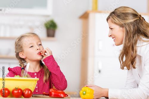 mädchen probiert paprika