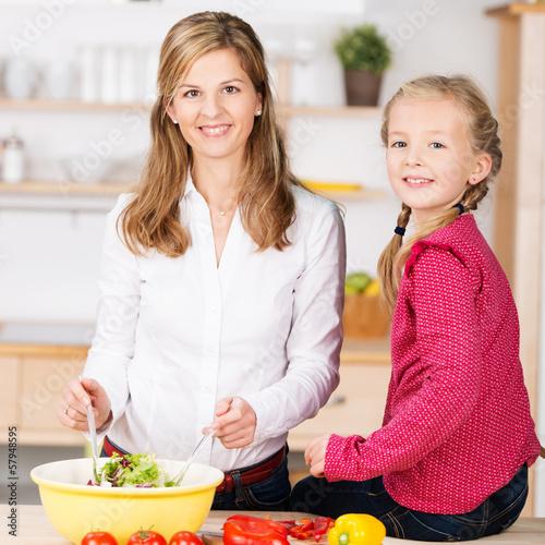 mutter und tochter bereiten salat zu