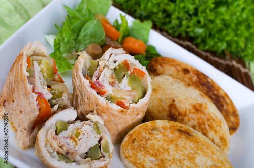 GEflügelroulade an geröstetem Brot und buntem Salat