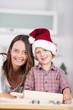 mutter und sohn backen plätzchen zu weihnachten