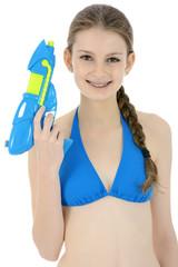 Teenager in Bikini mit Spritzpistole