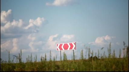 дорожный знак на дороге