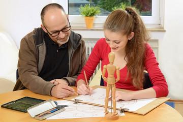 Lehrer und Schülerin beim Zeichenkurs