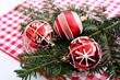 Rote Weihnachtsbaumkugeln auf einer Glasschale