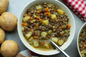 Linsensuppe mit Suppengrün und Kartoffeln