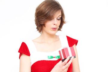 weihnachtsfrau freut sich über Geschenk
