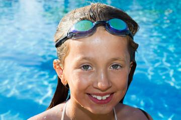 Mädchen mit Schwimmbrille im Pool