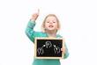 Kind hält Tafel mit Lösung