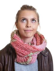 Junge Frau mit blonden Haaren ist genervt