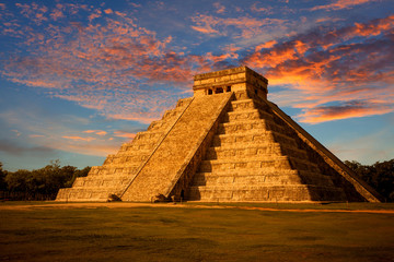 El Castillo (Kukulkan Temple) at sunset. Chichen Itza, México