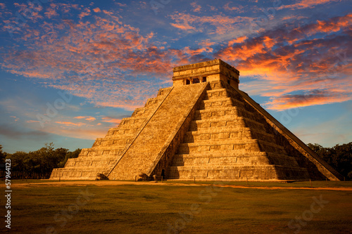 Poster Oude gebouw El Castillo (Kukulkan Temple) at sunset. Chichen Itza, México