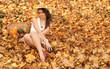 Piękna dziewczyna w kapeluszu i jesienne liście i warzywa.