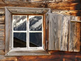 Bergspiegelung im Holzfenster