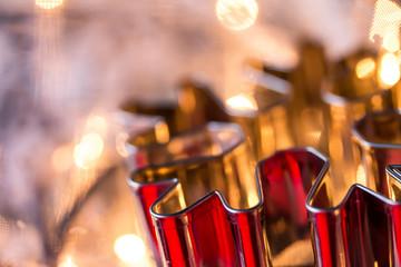 rote Plätzchenform im Weihnachtsglanz