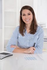 Junge Frau in der Berufsausbildung, lachend im Büro